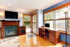 Wohnzimmer mit Bürobereich Stockfoto