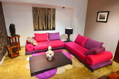 Wohnzimmer mit bunter bequemer Couch Stockbild