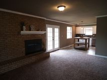 Wohnzimmer mit dem Kamin, der in Küche fließt Stockfotos