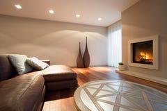 Wohnzimmer mit einem Kamin Lizenzfreies Stockbild