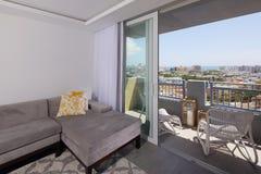 Wohnzimmer mit einer Ansicht Stockfotos