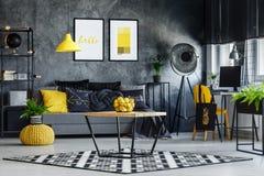Wohnzimmer mit einfachgegliederter Tabelle lizenzfreie stockbilder