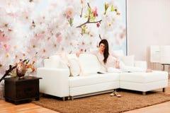 Wohnzimmer mit Frau Stockfoto