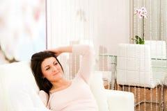 Wohnzimmer mit Frau Lizenzfreies Stockfoto