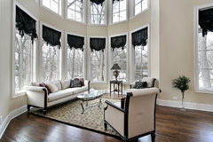 Wohnzimmer mit gebogenen Fenstern Stockfotos