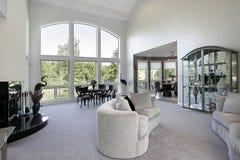 Wohnzimmer mit großem Abbildungfenster Lizenzfreies Stockbild