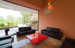 Wohnzimmer mit großem Fenster Stockfoto