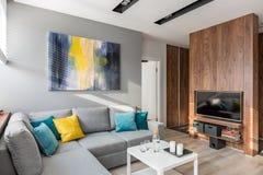 Wohnzimmer mit großem Sofa lizenzfreie stockfotos