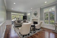 Wohnzimmer mit Kamin lizenzfreie stockfotos