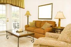 Wohnzimmer mit leerem Bilderrahmen Stockfotos