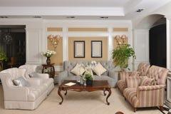 Wohnzimmer mit Luxusstoffsofa-Haushaltsgerät stockbild