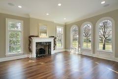 Wohnzimmer mit Marmorkamin Stockfotografie