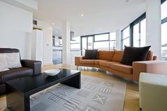 Wohnzimmer mit orange Sofa Stockbild