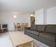 Wohnzimmer mit Restaurant lizenzfreie stockfotografie
