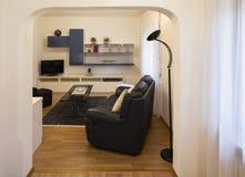 Wohnzimmer mit schwarzem ledernem Sofa und Parkett stockbilder