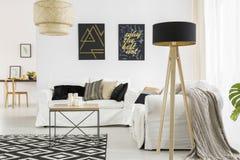 Wohnzimmer mit schwarzer Lampe stockbild