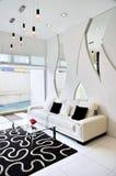 Wohnzimmer mit Schwarzweiss-Farbenthema Stockfotos