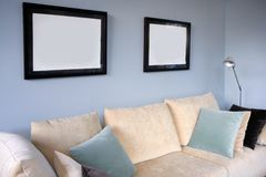 Wohnzimmer mit Sofa und blauer Wand Stockbilder