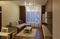 Wohnzimmer mit Speisentabelle Stockbild