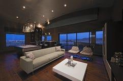 Wohnzimmer mit Stangen-Zähler und Snookertisch Stockbild