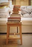 Wohnzimmer mit Stapel der Bücher Stockbilder