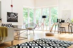 Wohnzimmer mit Studienraum Stockbild