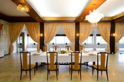 Wohnzimmer mit Tabelle für Abendessen Stockfotos