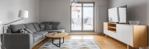 Wohnzimmer mit Terrasse stockfotografie
