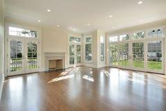 Wohnzimmer mit Wand der Fenster lizenzfreies stockfoto