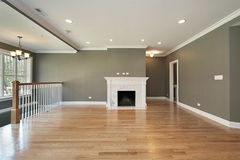 Wohnzimmer mit weißem Geländer Lizenzfreies Stockfoto