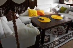 Wohnzimmer mit weißen Couches Stockbilder