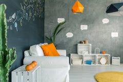 Wohnzimmer mit weißen Möbeln stockfotos