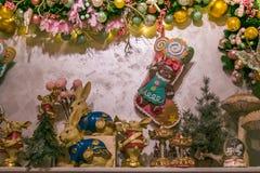 Wohnzimmer mit Weihnachtsdekorationen über dem Kamin Stockfotos