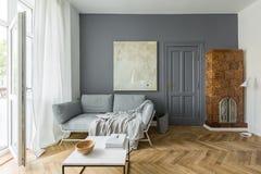 Wohnzimmer mit mit Ziegeln gedecktem Ofen stockbilder