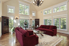 Wohnzimmer mit zwei Geschichtefenstern Stockfotos