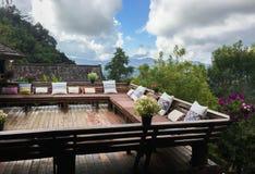Wohnzimmer oder Balkon im Freien mit Kissen Stockfoto
