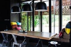 Wohnzimmer- und Holztabelle Stockbild