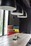 Wohnzimmer- und Holztabelle mit Lampe Lizenzfreies Stockfoto