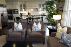 Wohnzimmer und Küche Stockbild