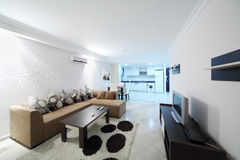 Wohnzimmer und Küche in meinem Marine Residence-Wohnkomplex Lizenzfreie Stockbilder