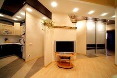 Wohnzimmer und Teil einer Küche Stockbild