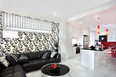 Wohnzimmerdekoration unter Verwendung der fantastischen Lichter und der schwarzen Rebkunst an Lizenzfreies Stockfoto
