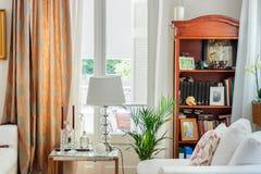 Wohnzimmerinnenraum, Englisch - Landhausstil lizenzfreies stockfoto