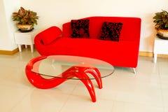 Wohnzimmersofas und rote Kissen stockfotos