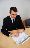 woirking человека компьтер-книжки белый стоковое фото rf
