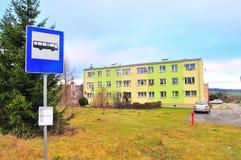 Wojborz, Польша, январь 2018 Стоп бюста перед многоквартирным домом пост-коммунизма стоковое изображение