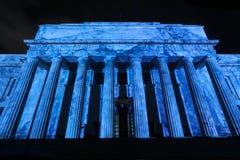 Wojennego pomnika muzeum, Auckland, NZ, zaświecał up żywego błękit Zdjęcie Royalty Free