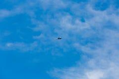 Wojenni dżetowi samoloty lata w niebieskim niebie obrazy stock