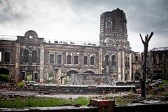 Wojenny dewastacyjny strach Rosja, sceneria brudna, mokry, rodzinne miasteczko zdjęcia stock