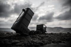 Wojenny pojęcie Batalistyczna scena z wyrzutnią rakietową celował przy ponurym niebem przy zmierzchu czasem Rakietowy pojazd przy zdjęcia stock